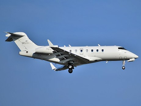 640px-XOJET_Bombardier_Challenger_300_N538XJ_approaching_Newark_Airport.jpg